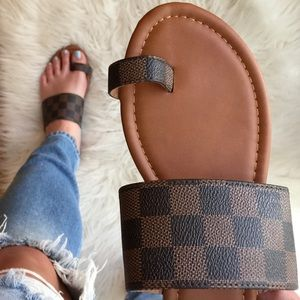 Brown Checkered Toe Ring Slip On Sandals
